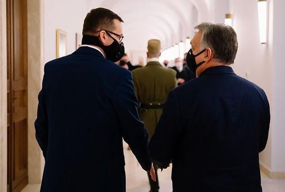 Premierzy Mateusz Morawiecki i Viktor Orbán przed szczytem RE zwierają szyki, ale pozostają osamotnieni.    Fot. Krystian Maj / KPRM