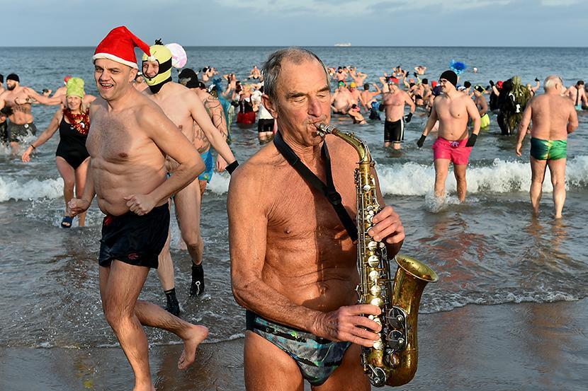 Członkowie Gdańnskiego Klubu Morsów tradycyjnie przywitali Nowy Rok wspólną kąpielą w Bałtyku przy plaży w Gdańsku Jelitkowie.