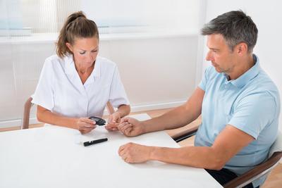 Cukrzyca typu 2 często rozwija się latami, nie dając wyraźnych objawów, a diagnoza stawiana jest dopiero, gdy pojawią się powikłania.