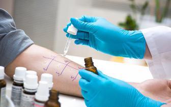 Prof. Ewa Czarnobilska: lekarze POZ mają problemy z kwalifikacją alergików do szczepień przeciw COVID-19