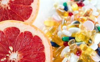 Produkty spożywcze, których lepiej unikać i nie łączyć z lekami