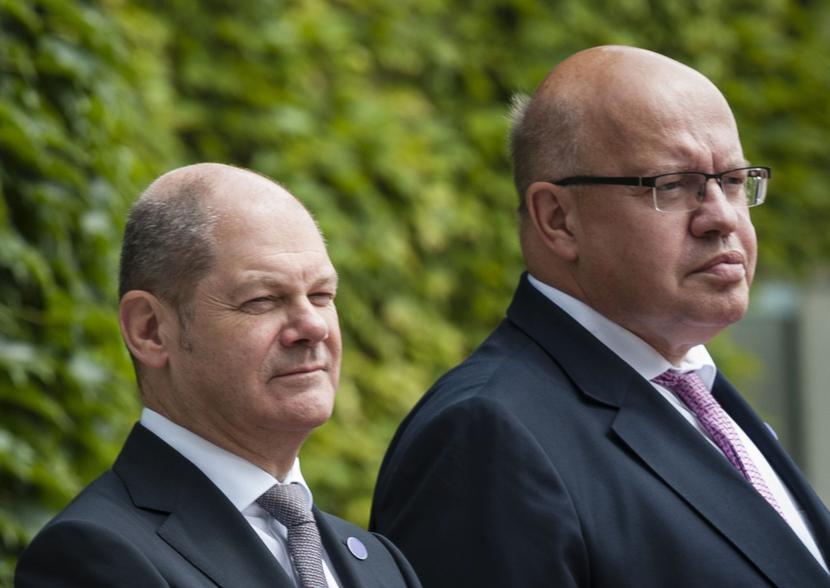 Olaf Scholz (z lewej), Peter Altmaier, fot. Bloomberg